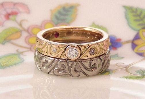 重ね合わせるデザインの個性的な結婚指輪. 2,1.鍵穴をイメージした結婚指輪と鍵をイメージした婚約指輪